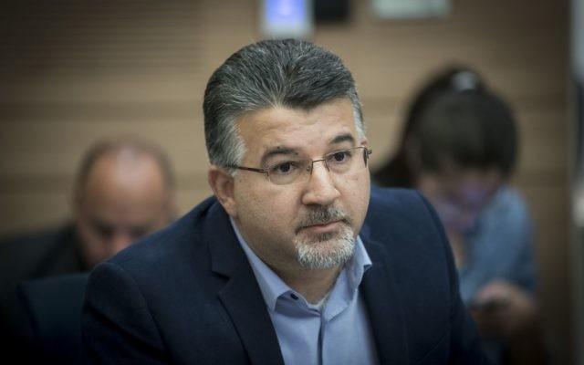 Le législateur de la Liste arabe unie Youssef Jabareen durant une réunion de la commission de la Knesset, le 13 décembre 2016 (Crédit  : Yonatan Sindel/Flash90)