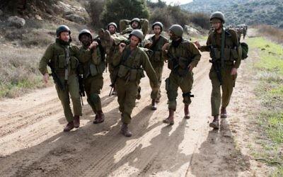 Des soldats de réserve israéliens participent à un exercice d'entraînement sur la base de Baf Lachish dans le sud d'Israël, le 22 décembre 2016 (Crédit :  Maor Kinsbursky/Flash90)
