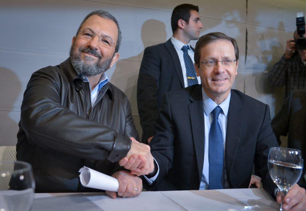 Ehud Barak, ancien Premier ministre, avec Isaac Herzog, chef de l'opposition et de l'Union sioniste, pendant une conférence de presse du Parti travailliste à Tel Aviv, le 29 janvier 2017. (Crédit : Flash90)