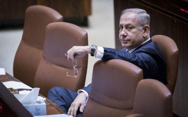 Le Premier ministre Benjamin Netanyahu à la Knesset lors d'un vote pour obtenir un délai de deux semaines pour l'ouverture du nouveau diffuseur public, le 26 avril 2017 (Crédit : Yonatan Sindel / Flash90)
