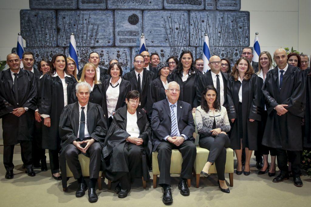 Le président Reuven Rivlin, la ministre de la Justice Ayelet Shaked, la présidente de la Cour suprême Miriam Naor posent pour une photo en compagnie de juges qui viennent tout juste d'être nommés à la résidence du président de Jérusalem, le 26 avril 2017 (Crédit : Yossi Zamir/Flash90)