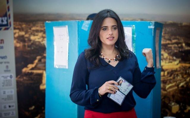 La ministre de la Justice Ayelet Shaked vote pour les Primaires du parti HaBayit HaYehudi à Jérusalem le 27 avril 2017 (Crédit : Yonatan Sindel/Flash90)