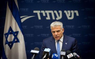 Yair Lapid, président de Yesh Atid, pendant une réunion du groupe parlementaire à la Knesset, le 8 mai 2017. (Crédit : Miriam Alster/Flash90)