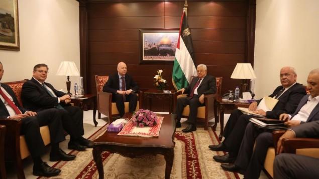 L'envoyé du président américain Trump au Moyen-Orient Jason Greenblatt (centre gauche) et le leader palestinien Mahmoud Abbas (centre droit) dans la ville de Ramallah en Cisjordanie, le 25 mai 2017 (Crédit : Flash90)