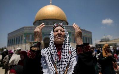Des milliers de musulmans font la prière le premier vendredi du mois sacré du Ramadan à la mosquée Al Aqsa, à Jérusalem, le 2 juin  (Crédit : Afif H. Amireh/Flash90)