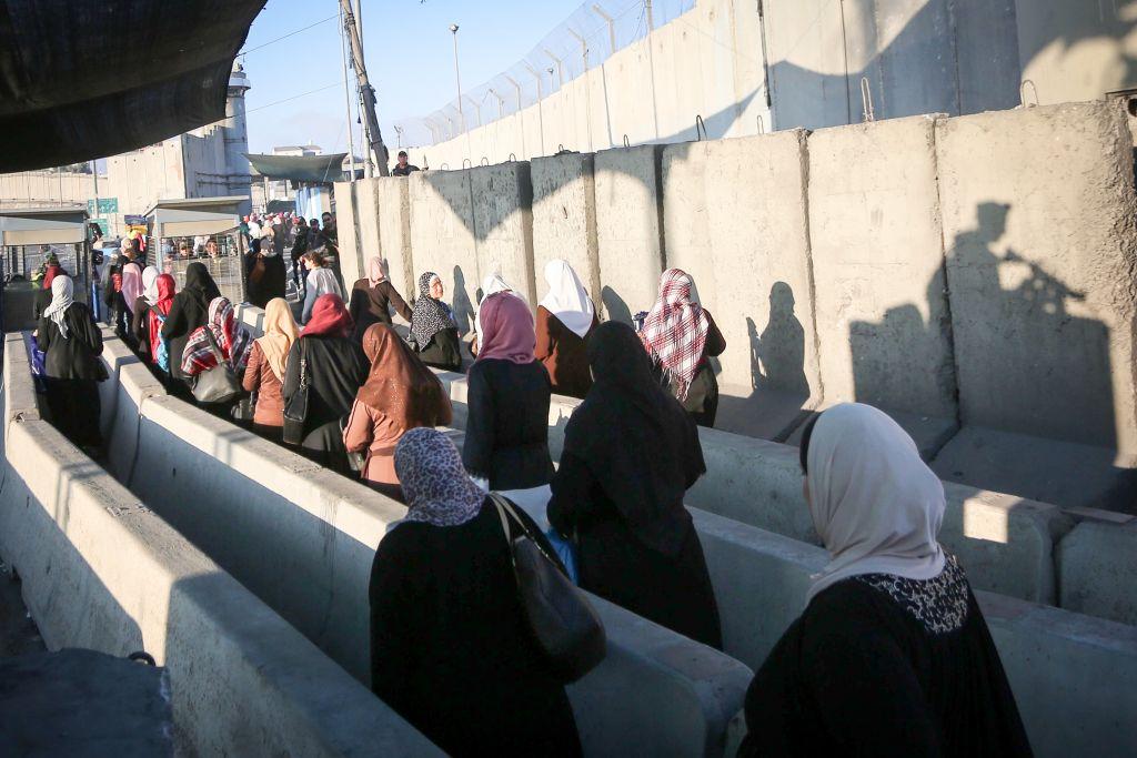 Les Palestiniens traversent le point de contrôle de Qalandiya, à l'extérieur de la ville de Ramallah, en Cisjordanie, alors qu'ils se dirigent vers la Mosquée d'Al-Aqsa dans la Vieille Ville de Jérusalem pour assister aux premières prières du Ramadan, le 2 juin 2017 (Crédit : Flash90)