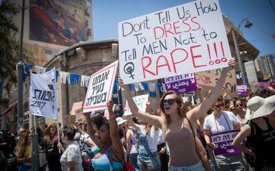 Les manifestants scandant des slogans pendant la SlutWalk au centre de Jérusalem, le 2 juin 2017 (Crédit : Yonatan Sindel / Flash90)