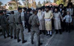 Les forces de sécurité israéliennes montent la garde pendant une manifestation de Juifs ultra-orthodoxes contre les commerces ouverts le samedi et le recrutement des ultra-orthodoxes dans l'armée,  aux abords du quartier de  Mea Shearim à Jérusalem, le 3 juin 2017 (Crédit :  Yonatan Sindel/Flash90)