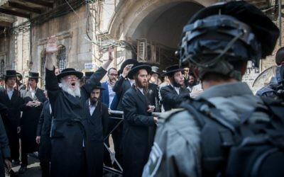 Affrontement entre policiers israéliens et Juifs ultra-orthodoxes pendant une opération d'arrestation d'attaquants de soldats ultra-orthodoxes dans le quartier Mea Shearim de Jérusalem, le 4 juin 2017. (Crédit : Yonatan Sindel/Flash90)
