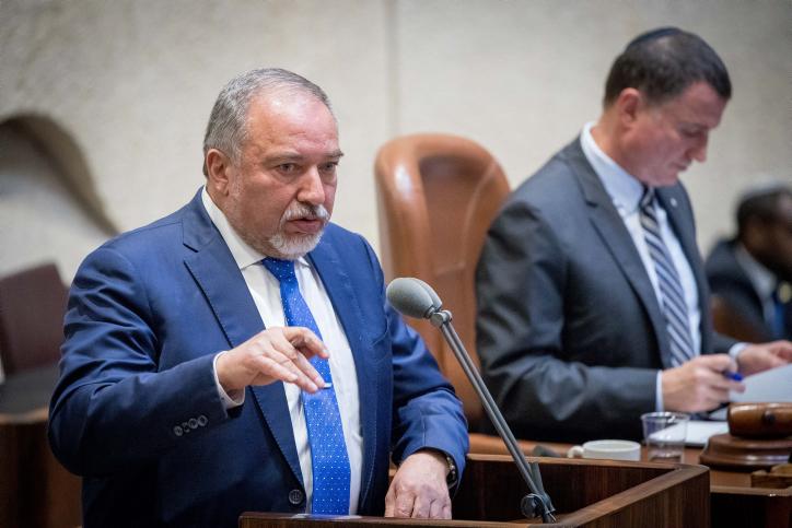 Le ministre de la Défense Avigdor Liberman s'adresse à la plénière de la Knesset, le 5 juin 2017 (Crédit : Yonatan Sindel/Flash90)
