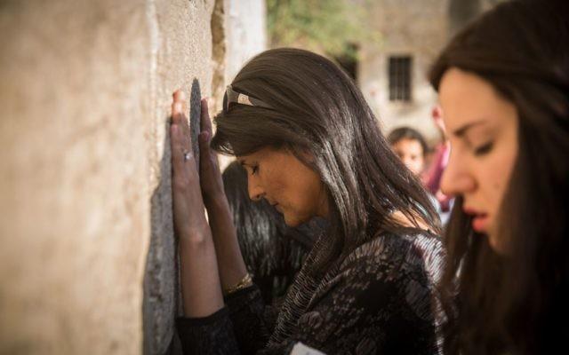L'ambassadrice des États-Unis à l'ONU, Nikki Haley, visite le mur Occidental dans la Vieille Ville de Jérusalem, lors de sa visite en Israël, le 7 juin 2017. (Hadas Parush/Flash90)