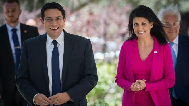 L'ambassadrice américaine aux Nations unies Nikki Haley aux côtés de l'ambassadeur israélien à l'ONU Danny Danon, à leur arrivée à une rencontre avec le président  Reuven Rivlin à la résidence de ce dernier à Jérusalem, le 7 juin 2017 (Crédit :Yonatan Sindel/Flash90)