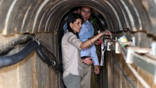 L'ambassadrice des États-Unis à l'ONU Nikki Haley visite un tunnel terroriste construit par le Hamas à la frontière d'Israël avec la bande de Gaza, le 8 juin 2017 (Crédit : Matty Stern / Ambassade des États-Unis, Tel Aviv)
