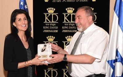 L'ambassadrice des États-Unis auprès de l'ONU Nikki Haley rencontre le ministre de la Défense Avigdor Liberman à Jérusalem le vendredi 9 juin 2017 (Crédit : Dana Shraga / Ministère de la Défense)