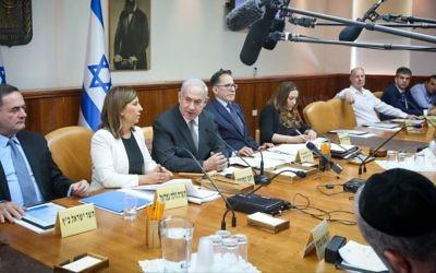 Le Premier ministre Benjamin Netanyahu préside la réunion hebdomadaire au bureau du Premier ministre, le 11 juin 2017. (Crédit : Marc Israel Sellem/POOL)