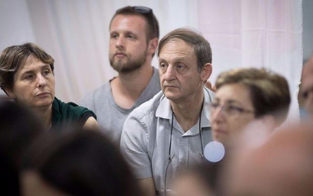 Le professeur Michael Weintraub, au centre, ancien directeur de l'unité d'onco-hématologie pédiatrique d'Hadassah, pendant une manifestation organisée par des parents de patients au parc Sacher, à Jérusalem, le 15 juin 2017. (Crédit : Yonatan Sindel/Flash90)