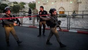 Forces de sécurité israéliennes sur les lieux d'un attentat terroriste porte de Damas, dans la Vieille Ville de Jérusalem, le 16 juin 2017. (Crédit : Yonatan Sindel/Flash90)