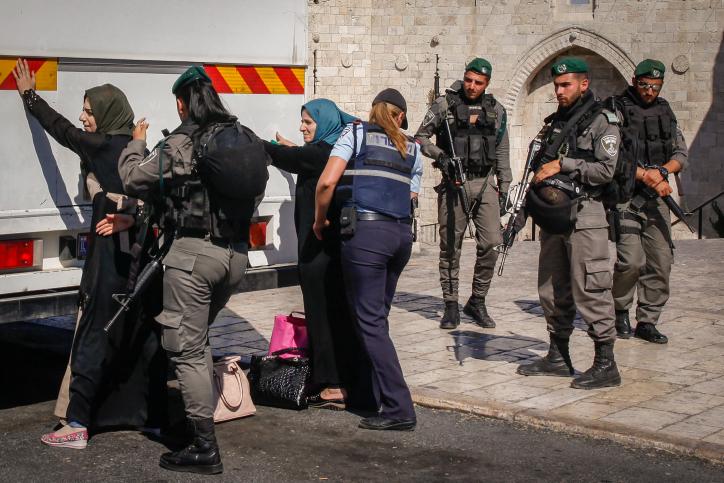 Les forces de sécurité israéliennes contrôlent des femmes palestiniennes devant la porte de Damas à l'entrée de la Vieille ville de Jérusalem avant de les autoriser à monter dans un bus qui les ramènera en Cisjordanie, le 17 juin 2017 (Crédit : Sliman Khader/Flash90)