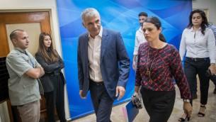 Moshe Kahlon, ministre des Finances, et Ayelet Shaked,ministre de la Justice, à leur arrivée à la réunion du cabinet, dans les bureaux du Premier ministre à Jérusalem, le 18 juin 2017. (Crédit : Yonatan Sindel/Flash90)