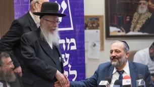 Aryeh Deri, à droite, président du parti Shas, et le ministre de Yahadout HaTorah Yaakov Litzman pendant une rare réunion conjointe des deux formations à la Knesset, le 19 juin 2017. (Crédit : Yonatan Sindel/Flash90)