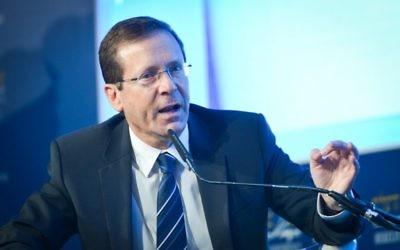 Isaac Herzog, chef de l'opposition et député de l'Union sioniste, pendant la Conférence de Herzliya, le 22 juin 2017. (Crédit : Flash90)