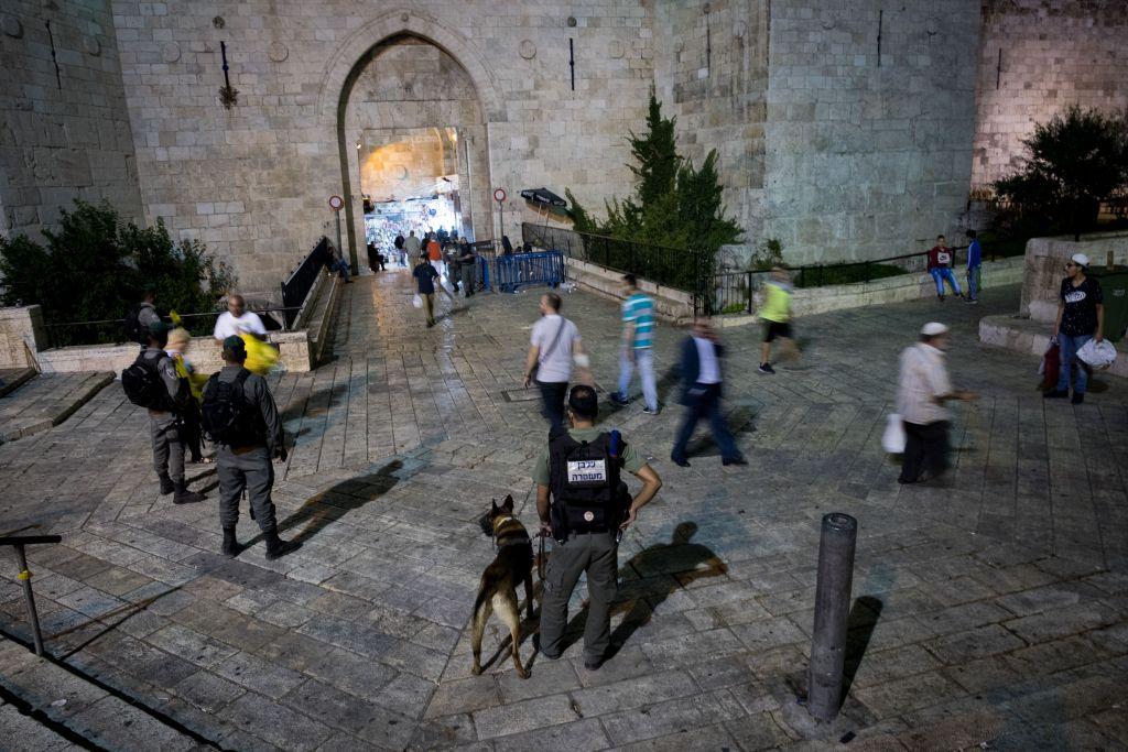 Les forces de sécurité israéliennes en train de garder les abords de la porte de Damas dans la Vieille ville de Jérusalem le 22 juin 2017 (Crédit : Yonatan Sindel/Flash90)
