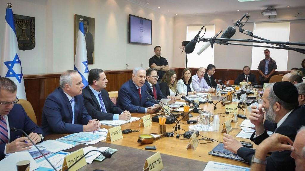 Le Premier ministre Benjamin Netanyahu, au centre, pendant la réunion hebdomadaire du cabinet dans ses bureaux, à Jérusalem, le 25 juin 2017. (Crédit : Marc Israel Sellem/Pool/Flash90)