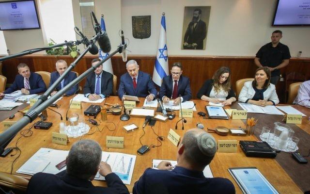 Le Premier ministre Benjamin Netanyahu dirige  la réunion hebdomadaire du cabinet dans ses bureaux, à Jérusalem, le 25 juin 2017. (Crédit : Marc Israel Sellem/Pool/Flash90)
