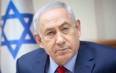 Le Premier ministre Benjamin Netanyahu pendant la réunion hebdomadaire du cabinet dans ses bureaux de Jérusalem, le 25 juin 2017. (Crédit : Marc Israel Sellem/Pool)