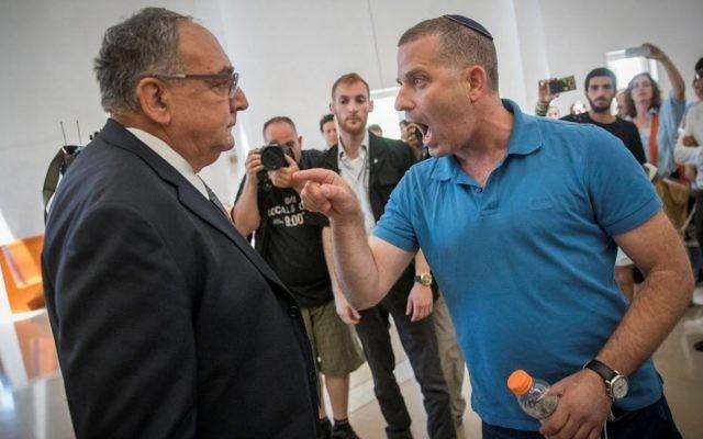 Uri Yakir, parent d'un enfant soigné au service d'hémato-oncologie à Hadassah Ein Kerem, exprime sa colère face au directeur de l'hôpital Zeev Rotstein à la cour suprême de Jérusalem de 27 juin 2017. (Crédit: Yonatan Sindel/Flash90)