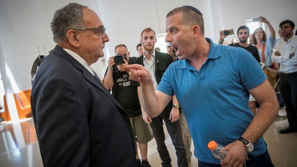 Uri Yakir, parent d'un enfant soigné au service d'hémato-oncologie à Hadassah Ein Kerem, exprime sa colère face au directeur de l'hôpital Zeev Rotstein à la cour suprême de Jérusalem de 27 juin 2017 (Crédit : Yonatan Sindel/Flash90)