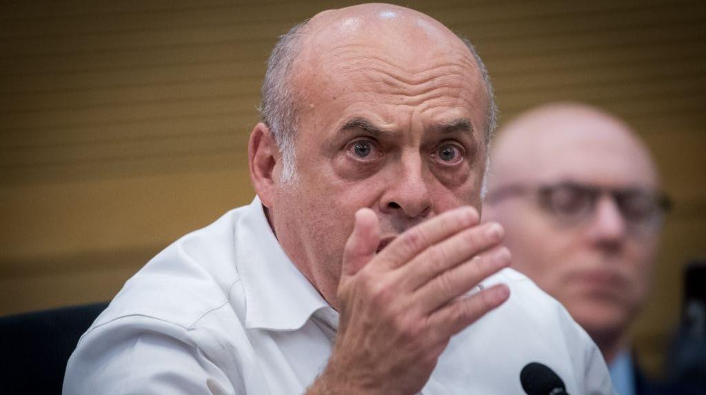 Le président de l'Agence juive Natan Sharansky lors d'une réunion organisée en urgence à la Knesset des groupes qui font pression en faveur du renforcement des liens avec le monde juif, le 27 juin 2017 (Crédit : Yonatan Sindel/Flash90)