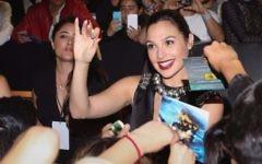 L'actrice israélienne Gal Gadot signe des autographes pour ses fans durant la première de 'Wonder Woman' à Mexico le 27 mai 2017 (Crédit : Victor Chavez/WireImage via JTA)