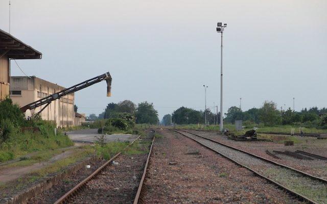La gare de Pithiviers, en France, qui sera transformée en mémorial à la mémoire des Juifs déportés pendant la Seconde Guerre mondiale. (Crédit : Wikipedia Commons)