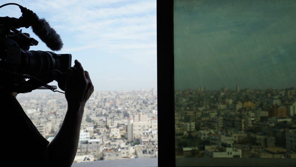 Sophie Hafner filme Gaza ; capture d'écran du documentaire « Un peuple élu et mis à part, l'antisémitisme en Europe ». (Crédit : autorisation)