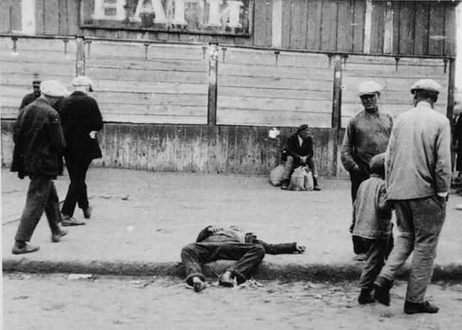 Un homme mort de faim étendu dans les rues d'Ukraine durant l'Holomodor, la famine qui a tué 4 millions de personnes entre 1932 et 1933. (Crédit: domaine public)