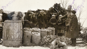Des soldats soviétiques de l'armée rouge confisquent des légumes des villageaois de la province d'Odessa, en 1932. (Crédit : domaine public)