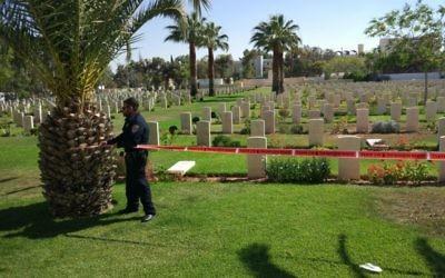 La police boucle la zone du cimetière de la Première guerre mondiale à Beer Sheva, après que trois jeunes ont été vus en train de vandaliser des pierres tombales, le 17 juin 2017. (Crédit : police israélienne)