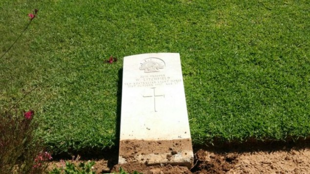 Une pierre tombale vandalisée dans un cimetière de la Première Guerre mondiale à Beer Sheva, le 17 juin 2017. (Crédit : police israélienne)