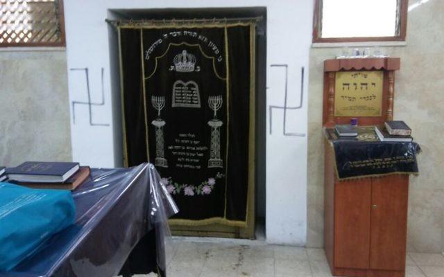 Les croix gammées peintes sur les murs d'une synagogue dans le quartier de Nahlaot, dans le centre de Jérusalem, le 21 juin 2017 (Autorisation : Police de Jérusalem)