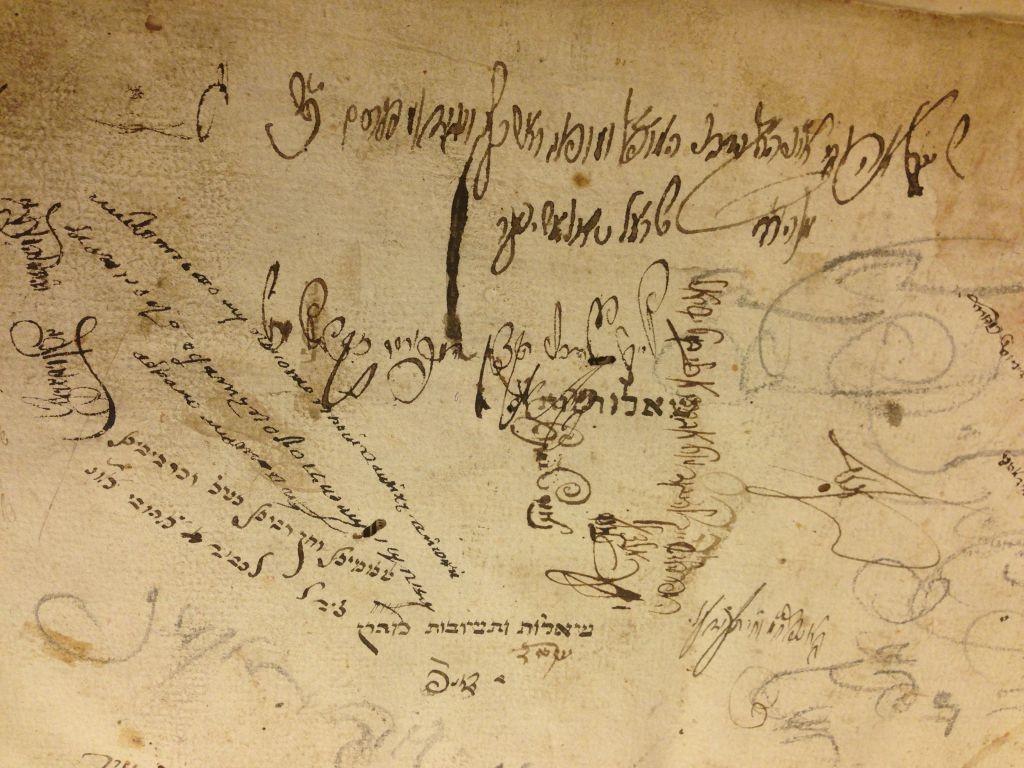 Une page d'un livre ancien de la Collection Schneerson, marquée de notes et de griffonnages. (Crédit : autorisation)