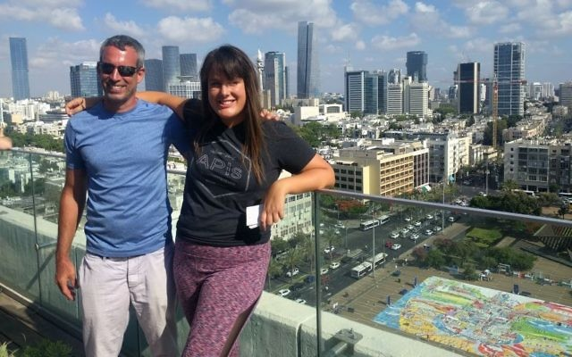 Amit Trainin, à gauche, et Sharona Karni Cohen sur le toit de la mairie de Tel Aviv, au-dessus de la plus grande installation artistique en tapis de yoga au monde, pour la 3e Journée internationale du Yoga, le 21 juin 2017. (Crédit : Melanie Lidman/Times of Israël)