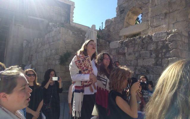 Anat Hoffman, à gauche, présidente des Femmes du Mur, à la fin de l'office de Rosh Hodesh, dans la section féminine du mur Occidental, le 25 juin 2017 . (Crédit : Melanie Lidman/Times of Israël)