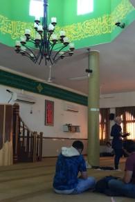 La guide des Nuits du Ramadan Shireen Mahajna explique les cinq piliers d'Israël dans une mosquée d'Umm al-Fahm, le 22 juin 2017 (Crédit : Amanda Borschel-Dan/Times of Israel)