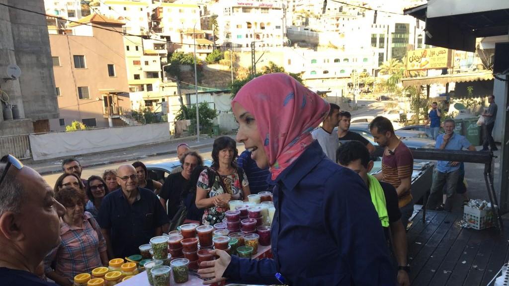 La guide des Nuits du Ramadan Shireen Mahajna sur le marché d'Umm al-Fahm le 22 juin 2017 (Crédit : Amanda Borschel-Dan/Times of Israel)