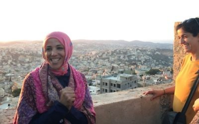 La guide des Nuits du Ramadan Shireen Mahajna dit aux participants de saluer le départ du soleil avant la rupture du jeûne du Ramadan le 22 juin 2017 (Crédit :   Amanda Borschel-Dan/Times of Israel)