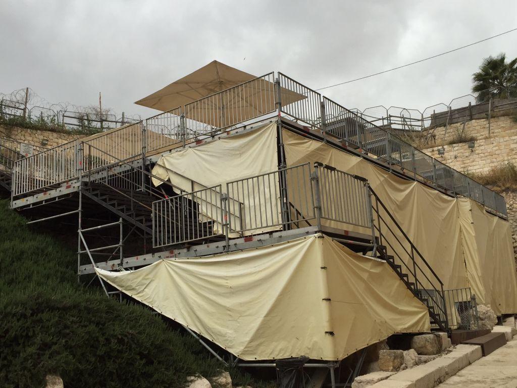 La plateforme de prière temporaire construite en 2013 dans le part archéologique de Davidson de la Vieille ville de Jérusalem, le 12 avril 2016 (Crédit : Amanda Borschel-Dan/The Times of Israel)