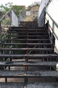 Des escaliers glissants et imprégnés d'eau mènent à la plateforme temporaire de prière égalitaire qui a été construite en 2013 au parc archéologique de Davidson dans la Vieille ville de Jérusalem, tels qu'ils apparaissaient le 12 avril 2016 (Crédit : Amanda Borschel-Dan/The Times of Israel)