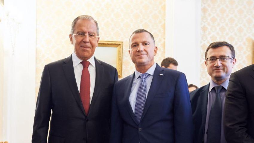 Sergueï Lavrov, ministre russe des Affaires étrangères, à gauche, avec le président de la Knesset, Yuli Edelstein, à Moscou, le 29 juin 2017. (Crédit : ambassade d'Israël à Moscou)