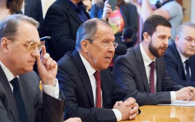 Le ministre russe des Affaires étrangères Sergey Lavrov rencontre le président de la Knesset, Yuli Edelstein, à Moscou le 29 juin 2017 (Crédit : Ambassade d'Israël à Moscou)